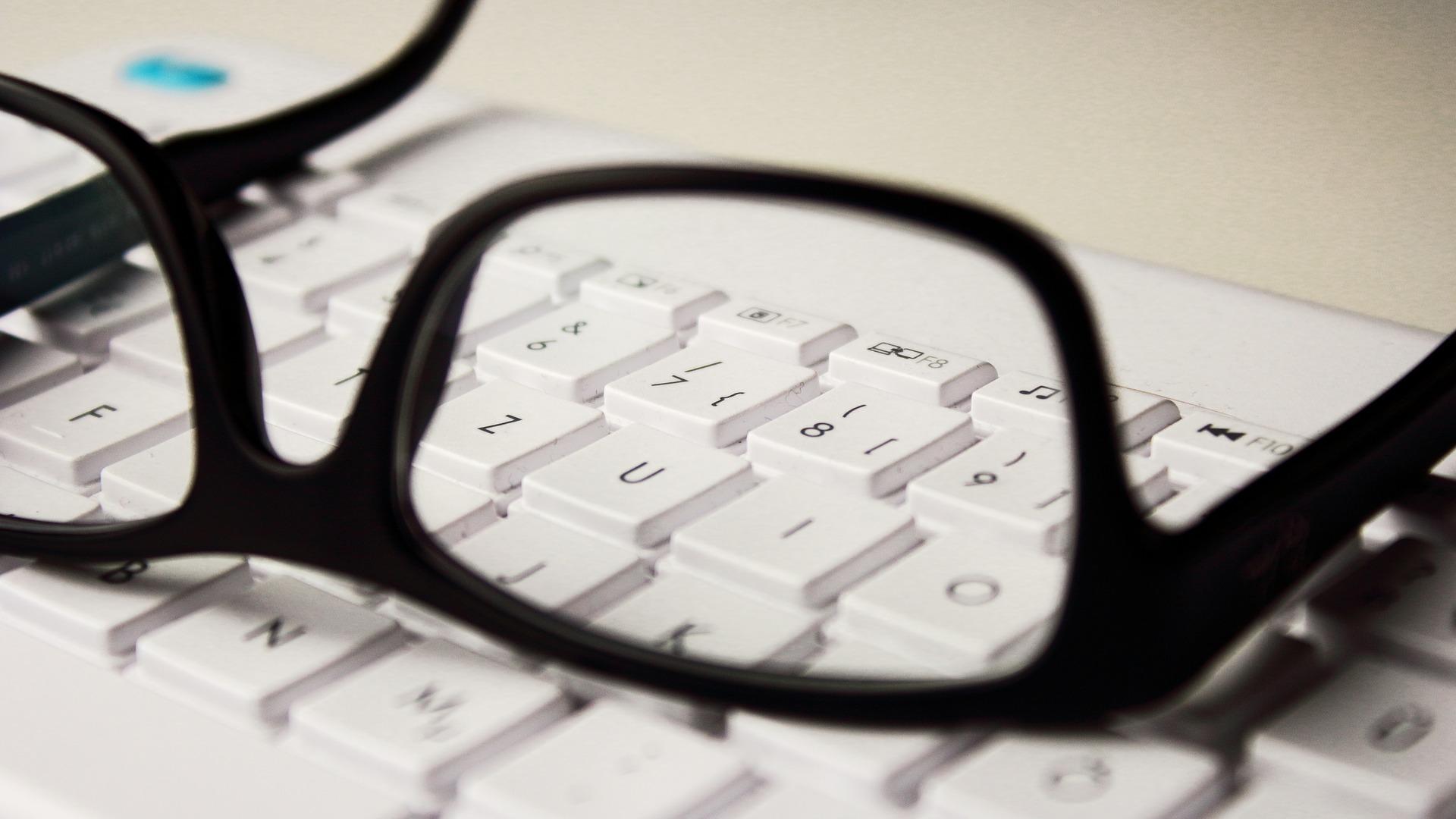Brille und Tastatur